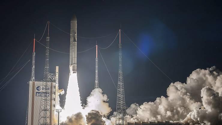 Eine Ariane-5-Rakete hat von Französisch-Guyana aus einen neuartigen Telekommunikationssatelliten erfolgreich ins All gebracht. (Archivbild)