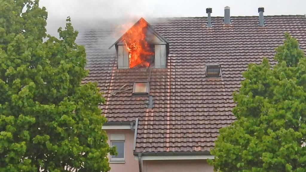 Brand in Dachwohnung - Wohnblock evakuiert