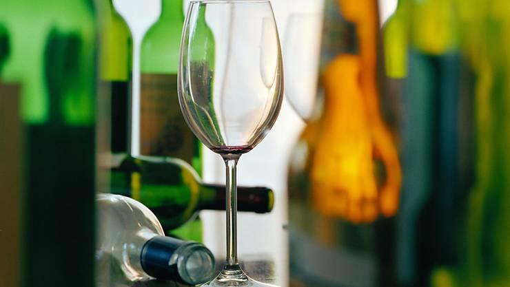 Alkohol ist noch schädlicher als angenommen. Selbst sechs Wochen nach dem Entzug schreitet die Hirnschädigung fort, wie Forscher herausgefunden haben. (Symbolbild)