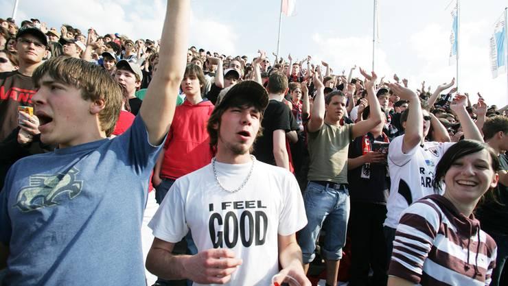 Zufriedene Fans im Brügglifeld: Das Stadion muss den Standards der obersten Liga entsprechen. az Archiv