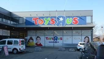 Nicht mehr lange da: Die Beschriftung des Toys«R»Us in Oftringen. REW