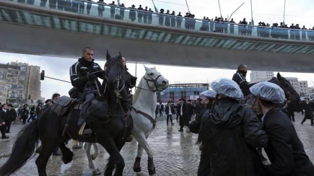 Die berittene Polizei geht gegen Demonstranten vor