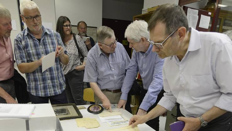 Die Delegierten aus den Einwohner- und Bürgergemeinden konnten sich einige Perlen aus dem Archiv ansehen.