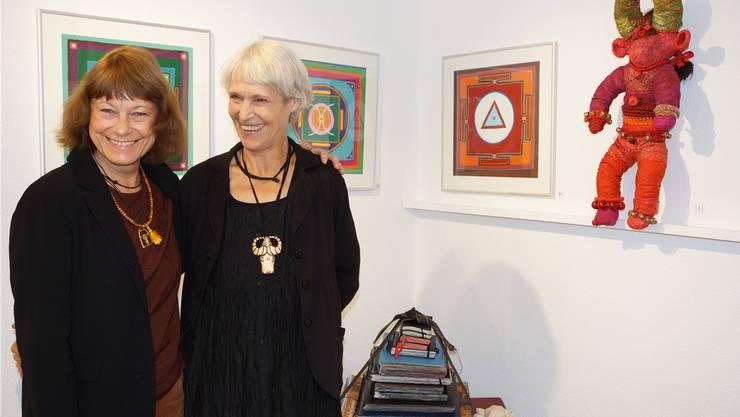 Schwestern Rahel Bouvard-Egger (l.) und Ursula Egger stellen aus.ubu
