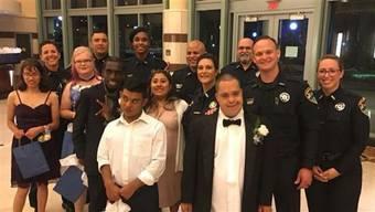 Die Förderschüler der John I. Leonard Community High School in Florida besuchten zuammen mit den Beamten der lokalen Polizei ihren Abschlussball und schwangen das Tanzbein.