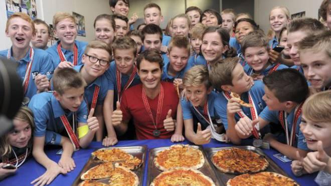 Roger Federer spendiert den Balljungen und Ballmädchen in Basel traditionell Pizza, so auch im letzten Jahr. Foto: KURT SCHORRER/Keystone