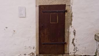 Die einfache Holztür steht auf dem Staufberg. Während über 420 Jahre wurde sie fleissig geöffnet und geschlossen – dann wurde es plötzlich still um sie. Was war geschehen? Die az hat einen Blick hinter die Tür gewagt.