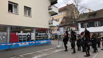 Uelischränzer spielen an der Basler Fasnacht für kranken Jungen