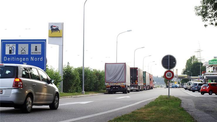 Die Autobahnraststätten dienen auch als Ruhezonen für die vielen Lastwagenfahrer. Sie dürfen 15 Stunden parkieren.