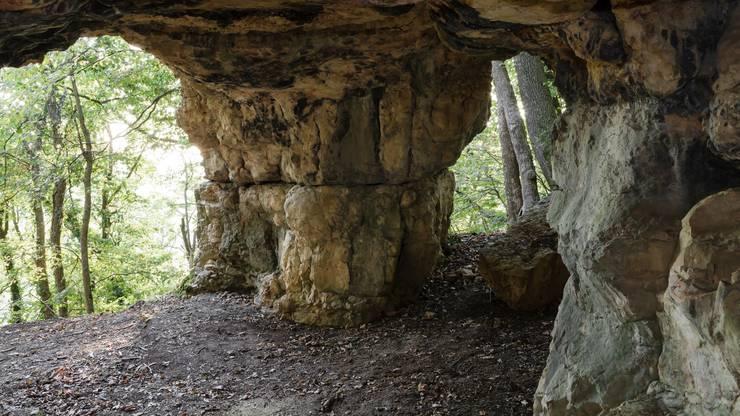 Beliebtes Ausflugsziel mit Feuerstelle: Die Bruderhöhle liegt idyllisch und gut versteckt mitten im Wald über der Talmatte zwischen Effingen und Zeihen.