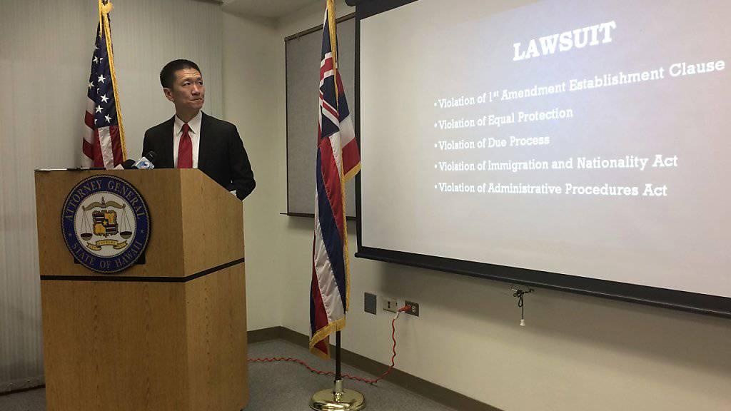 Hawaiis Generalstaatsanwalt Doug Chin präsentiert die Entscheidung, Trumps jüngsten Einreisebann zu stoppen. Die US-Regierung geht dagegen in Berufung. (Archivbild)