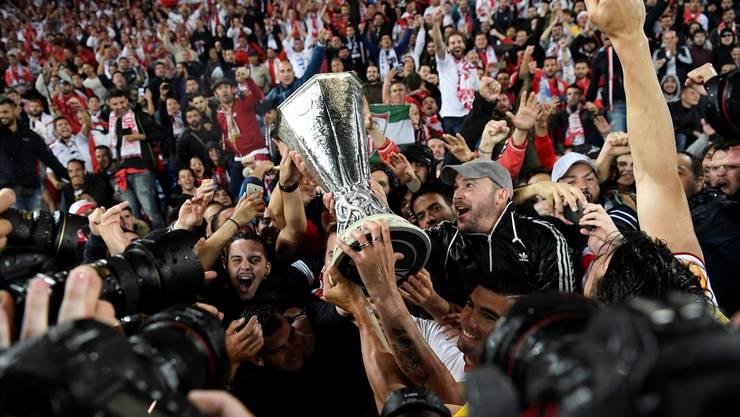 Da, wo er hingehört: Der Europa-League-Pokal inmitten der jubelnden Fans und Spieler von Sevilla.