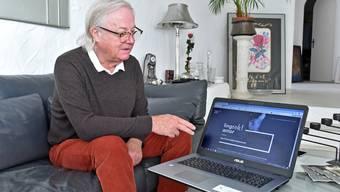 René Häberli zeigt auf dem Laptop-Bildschirm die Homepage seines neu entwickelten Sprachkurses.