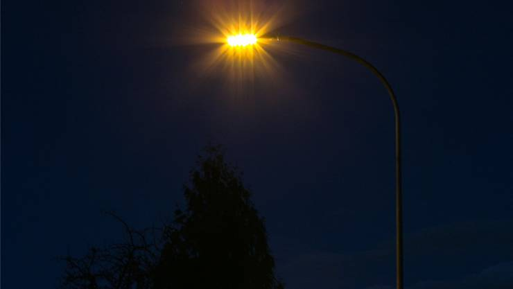 Die Strassenlampen leuchten dann hell, wenn Fussgänger, Velofahrer oder Autos nahen (Symbolbild).