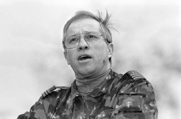 Blocher stand 1537 Tage im Dienst der Schweizer Armee. Zuletzt stand er als Oberst dem Luftschutz-Regiment 41 vor. 1992 übergab er das Kommando an seinen Nachfolger.