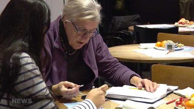 Jugendliche erklären Senioren modernste Technik