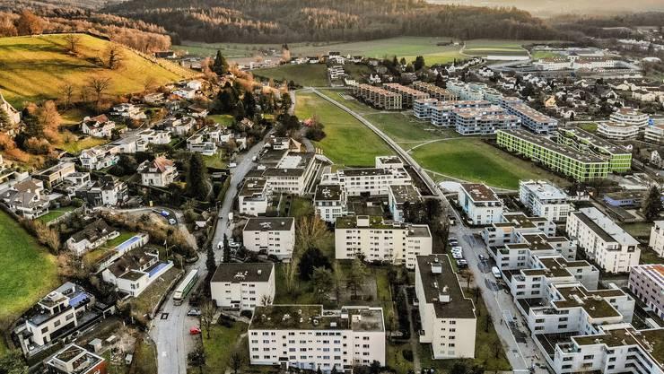 Wer von oben auf ein Quartier blicken will, braucht keinen Aussichtspunkt mehr. Er kann einfach eine Drohne     steigen lassen: Blick über Lenzburg in Richtung Gefängnis. (Archiv)
