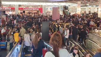 Bilder auf Twitter zeigen die Menschenmassen in der Mall des Shoppi Tivoli.