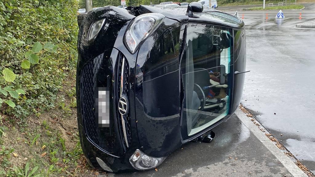 Auto auf die Seite gekippt – 90-jährige Lenkerin verletzt