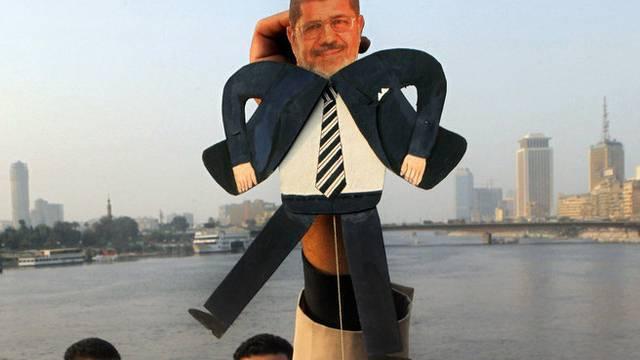 Der ägyptische Präsident Mursi als Hampelmann in einer Demonstration gegen Islamisten in Kairo