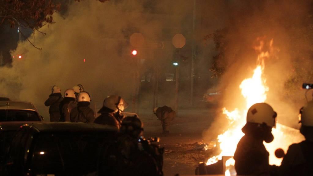 Polizisten und Demonstranten stoßen während eines Protests gegen Polizeigewalt zusammen. Foto: Aristidis Vafeiadakis/ZUMA Wire/dpa