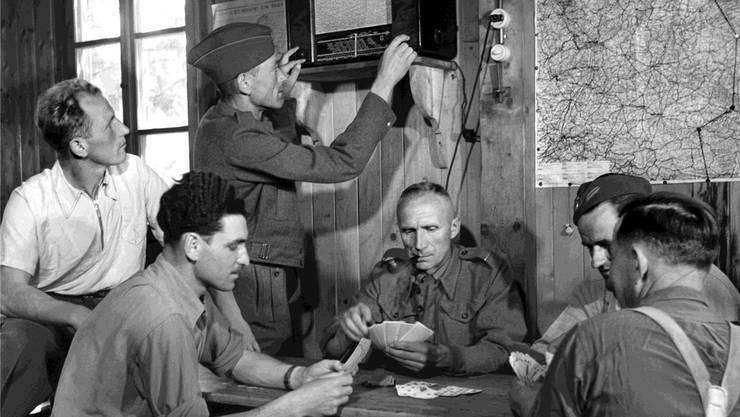 Wie in Aarau wurden an verschiedenen Orten in der Schweiz Internierte beherbergt: Hier Soldaten aus Polen im Mai 1945 beim Kartenspiel in einem Flüchtlingslager in der Schweiz.KEYSTONE/PHOTOPRESS-ARCHIV