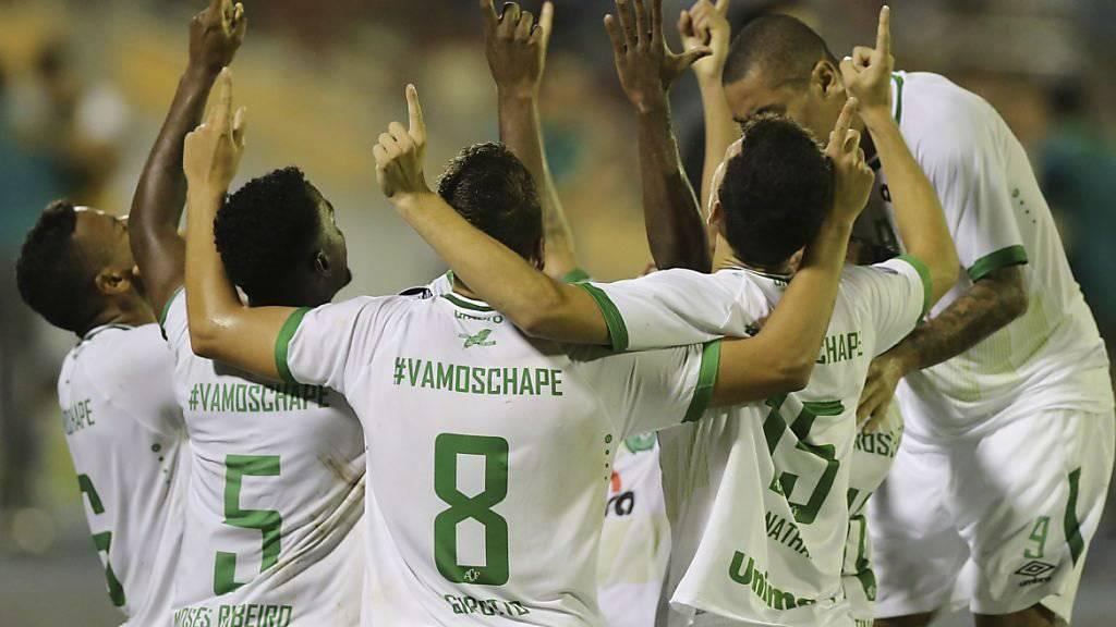 Die Spieler des brasilianischen Klubs Chapecoense jubeln über den Treffer von Reinaldo (links)