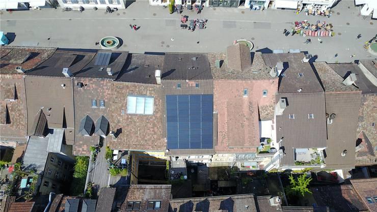 Möglich sind Energiezonen seit drei Jahren, realisiert hat sie aber noch keine Gemeinde. Blick auf ein Solardach in der Steinberggasse Winterthur.