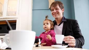 Freut sich auf die interkulturelle Begegnung zwischen den Jugendlichen: Oliver Schneitter mit Töchterchen Noemi.