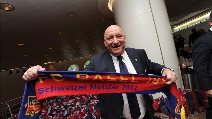 Karli Odermatt ist begeistert vom erneuten Meistertitel des FCB. Er zeigt stolz den neuen Schal 2012.