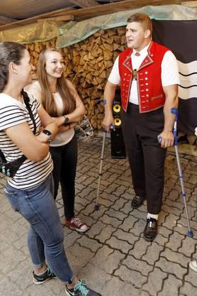 1. Augustfeier Dintikon im Holzhof der Ortsbürgergemeinde: Schwinger Nick Alpiger (Mitte) im Gespräch mit jungen Fans.