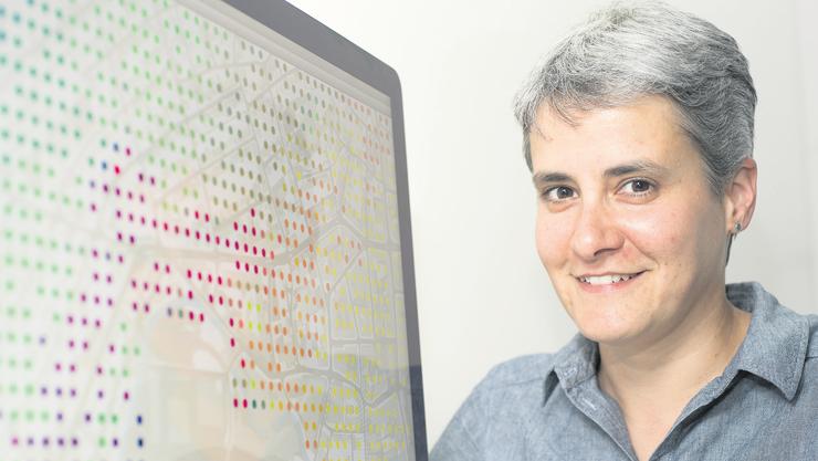 Die Wissenschaftlerin Susanne Bleisch neben einer ganz speziellen Karte: Der Stadtplan ist mit farbigen Punkten überlagert. Diese zeigen verschiedene Lebensräume und beinhalten Informationen über die Versorgungsqualität für ältere Menschen.