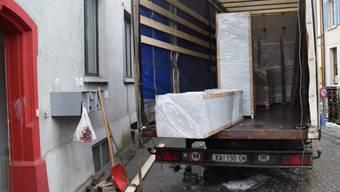 Diese Möbel für das Asylheim werden aus Kroatien angeliefert.