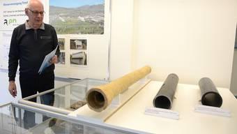 Aussstellungsmacher Urs Ramseier vor dem Ton-Wasserrohr von 1860 und zwei Kunststoff-Rohren der neueren Zeit.