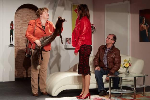 Auch sie halten Harriet auf Trab, indem sie in ihrer Wohnung aufkreuzen: Die beiden betrogenen Ehefrauen Mildred (Pia Schild) und Magda (Lilian Jeannerat) (v.l.) zusammen mit dem betrunkenen Richard (Frank Platta).