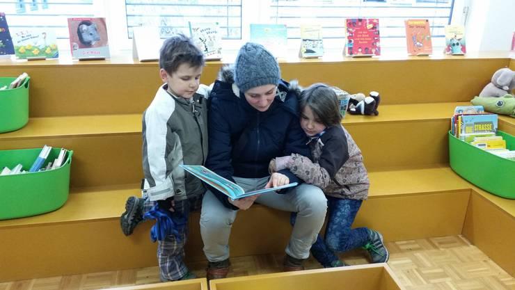 Lesestoff für Gross und Klein in der Gemeindebibliothek.jpg