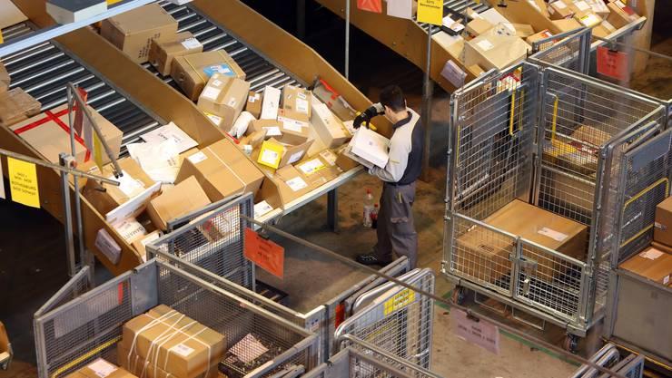 Sie laufen zu Weihnachten auf Hochtouren: Paketförderbänder im Paketzentrum Härkingen SO. (Archivbild)