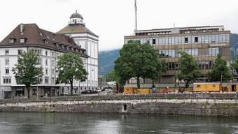 Die Aaremauer zwischen der Wengi- und Eisenbahnbrücke wurde im 19. Jahrhundert nach dem Schanzenabbruch vor dem Postplatz errichtet.