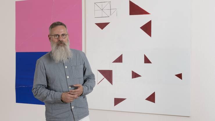 Rudolf Velhagen, Galerieleiter, vor Werken der Künstler Valentin Hauri (Werk rechts) und Tashi Brauen.