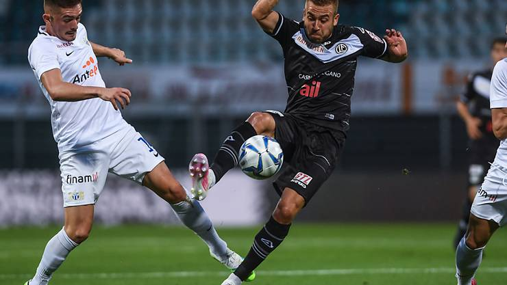 Zürichs Toni Domgjoni (links) kommt hier gegen Luganos Sandi Lovric zu spät. Rechts Hekuran Kryeziu