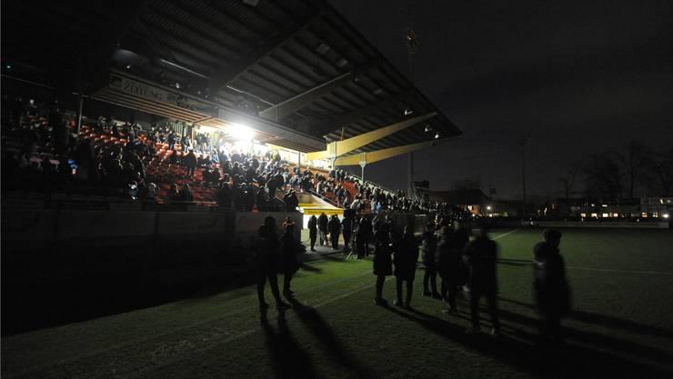 Lauschig war die Atmosphäre im Stadion Brügglifeld alleweil: Die Zuschauer und die Mannschaften warten am Montagabend während des Stromausfalls darauf, wie es weitergeht mit der Partie FCA - FCZ. Freshfocus