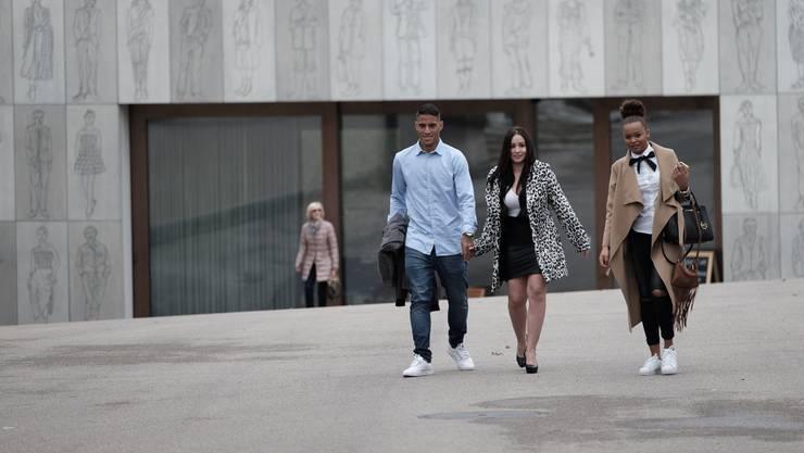 Carlinhos und Camila treffen gemeinsam mit einer Freundin beim Zivilstandsamt ein.