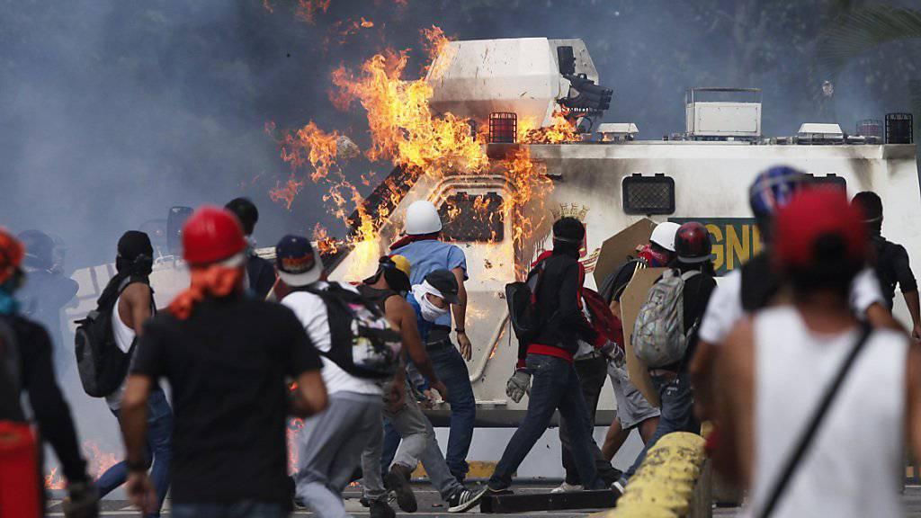 Gefährliche Szenen in den Strassen von Caracas: Ein Panzerwagen fährt in eine Menge Demonstranten.