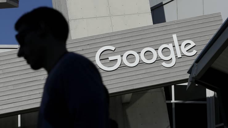 Die EU-Kommission verknurrt den Internetgiganten Google zu einer Kartellstrafe in der Höhe von 4,3 Milliarden Euro. (Archiv)