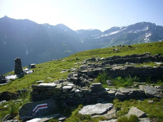 Valserhorn 2886, Tällihorn 2820, Bärenhorn (zentrum links) and Teischer 2688 (ganz links)oberhalb von Vals.