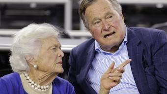 Nach einer Lungenentzündung ist der ehemalige US-Präsident George H.W. Bush wieder fit für eine körperliche Anstrengung: Mit seiner Frau Barbara wird er den Super Bowl mit dem Münzwurf einläuten. (Archivbild)