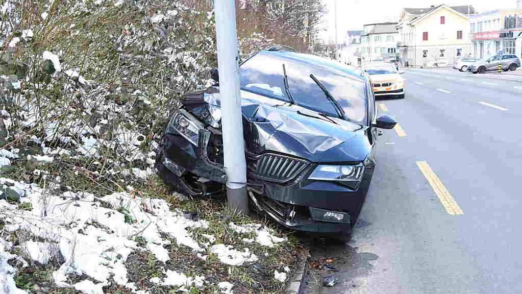 Der Mann fuhr in einen Kandelaber und wurde nur leicht verletzt.