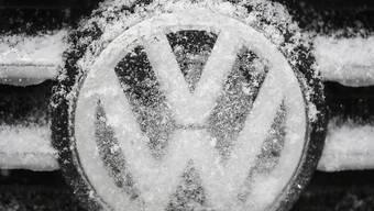 Weniger Autos mit dem VW-Logo verkauft: Das US-Geschäft des deutschen Autoherstellers brach zum Jahresende ein. (Archivbild)