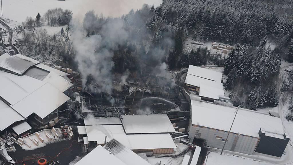 Auch 20 Stunden nach Ausbruch eines Brandes in einer Produktionshalle des Sägereibetriebs Schilliger Holz in Haltikon bei Küssnacht SZ war das Feuer noch nicht gelöscht.