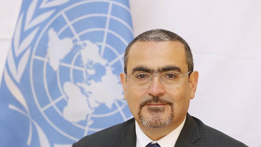 Auf diesem von den Vereinten Nationen (UN) herausgegeben Foto ist der stellvertretende UN-Sonderbeauftragte für Afghanistan, Ramiz Alakbarov, zu sehen. Nach der Machtübernahme der Taliban hat die UN vor verheerenden Folgen der eskalierenden wirtschaftlichen Krise in Afghanistan gewarnt.